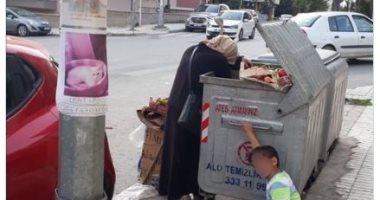 انتهاكات أردوغان.. أم وأبناءها يبحثون عن الطعام فى صندوق قمامة بتركيا