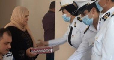 """فيديو.. """"هدايا السيسي"""" ترسم البسمة على وجوه أسر شهداء الشرطة فى العيد"""