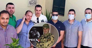 أصدقاء الشهيد الرائد أحمد الشبراوى بطل معركة البرث يزورون قبره لقراءة الفاتحة
