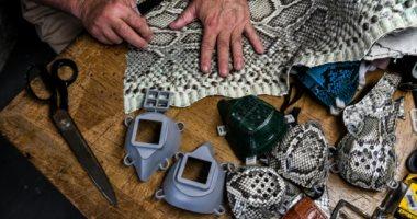 أنيقة وضرورية.. أمريكى يصمم كمامات من جلود الثعابين بطريقة مبتكرة.. صور