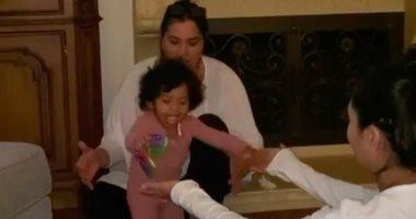 ابنة الراحل كوبى براينت تخطو خطواتها الأولى مع والدتها.. فيديو