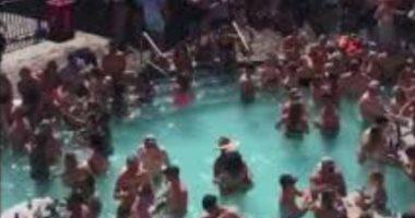 صور وفيديو.. زحام شديد بحمام سباحة فى ولاية ميزورى الأمريكية رغم كورونا