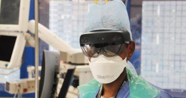أطباء بمستشفيات لندن يستعينون بنظارات مايكروسوفت لتقليل الاحتكاك بمرضى كورونا