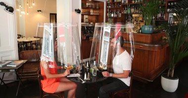 جاهزين للرجوع.. مطعم باريسى يبتكر درع بلاستيك لوقاية زبائنه من كورونا.. صور