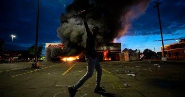 10 فيديوهات ترصد الفوضى بمنيابوليس الأمريكية بعد مقتل رجل أسود على يد الشرطة