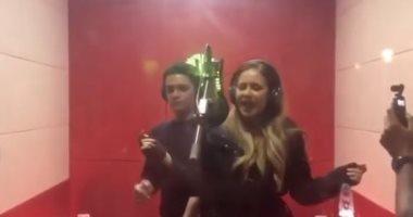 """شاهد رقص نيللى كريم وآسر ياسين فى كواليس تصوير أغنية """"مليونير"""""""