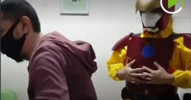 """طبيب يرتدى زى البطل الخارق """"أيرون مان"""" لتقليص المخاوف من الكورونا"""