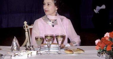 الفاكهة تقدم على لوح ذهبي..اعرف أغرب عادات الملكة إليزابيث على طاولة الطعام