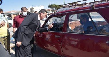 سكرتير عام مطروح يتفقد موقف سيارات الأجرة لمتابعة الالتزام بالإجراءات الاحترازية