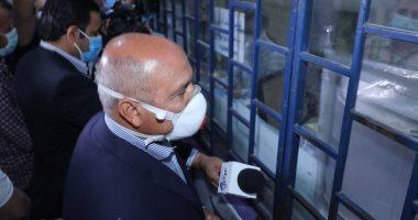 وزير النقل يتفقد محطتى مصر والشهداء لمتابعة الالتزام بارتداء الكمامة