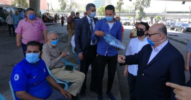 محافظ القاهرة يتفقد موقف عبد المنعم رياض للتأكد من الالتزام بارتداء الكمامات
