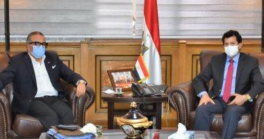 صور.. وزير الرياضة يناقش مع الجنايني خارطة طريق الكرة المصرية