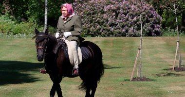 صورة.. الملكة إليزابيث تمتطى مهرا فى أول ظهور منذ إغلاق بريطانيا بسبب كورونا