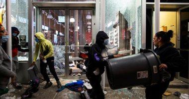 عمليات نهب وسرقة بالمحال التجارية خلال الاحتجاجات الأمريكية.. فيديو وصور