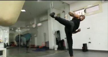 """باستخدام الـ""""boxing bag"""".. أحمد العوضي يستعرض مهاراته في الجيم"""