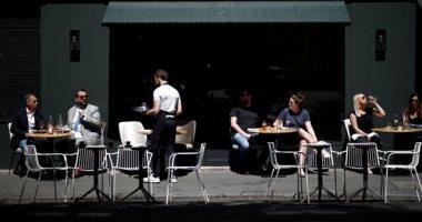 مقاهى باريس ترتب طاولاتها بشكل يضمن التباعد الاجتماعى
