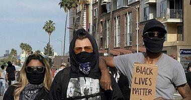 هاري ستايلز ملتزم بالكمامة والقفازات أثناء مشاركته في مظاهرة مناهضة العنصرية