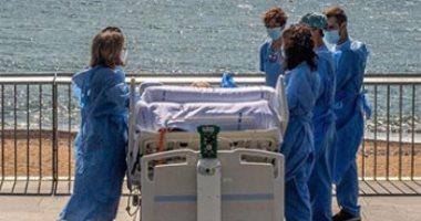 بالأسرة.. أطباء بإسبانيا يذهبون بمرضى كورونا على البحر للترفيه عنهم.. صور