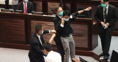 إخلاء المجلس التشريعى بهونج كونج بعد إلقاء نائب مواد حارقة داخل المبنى