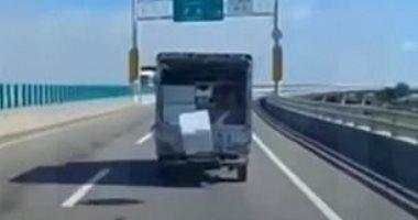 مقطع محير لصندوق أبيض يسقط من سيارة على طريق سريع ثم يعود مرة أخرى بتايوان
