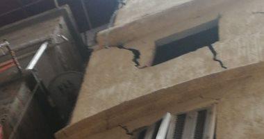 قارئة من شارع الفلكى بالإسكندرية تشكو تصدع منزل مجاور لها يهدد حياة المواطنين