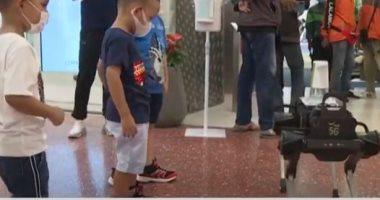 فيديو.. روبوت على شكل كلب يساعد على تعقيم اليدين في تايلاند