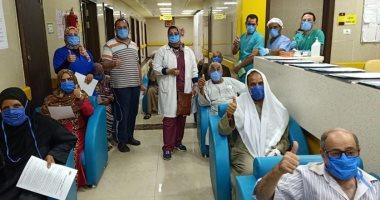 صور.. مستشفى إسنا تحتفل بخروج 28 شخصا فى يوم واحد بعد التعافى من كورونا