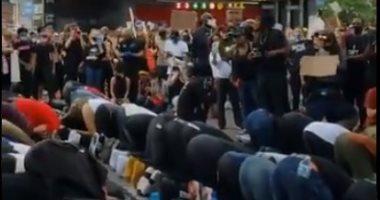 متظاهرو أمريكا يحمون المسلمين لأداء الصلاة أثناء الاحتجاجات فى نيويورك.. فيديو