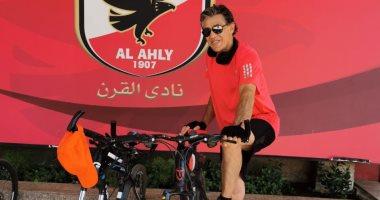 زكريا ناصف يقود سباق دراجات أمام بوابات الأهلي