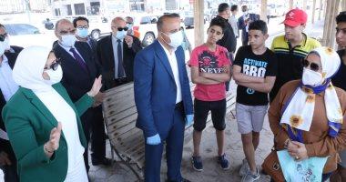 وزيرة الصحة توقف موكبها بكورنيش الإسكندرية وتقدم نصائح للمواطنين حول كورونا.. صور