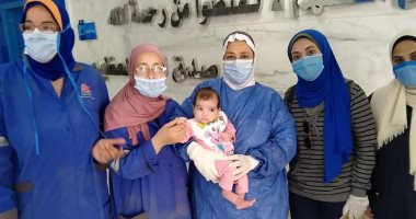 """صور.. خروج """"ملك"""" عمرها 3 أشهر من مستشفى العجمى بعد تعافيها من كورونا"""