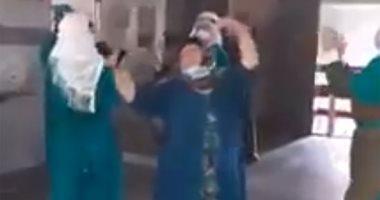 شاهد.. فرحة 26 متعافيًا من كورونا بالخروج من مستشفى التأمين الصحى ببنى سويف