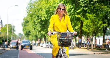 ملكة هولندا تطل بأناقتها فى شوارع لاهاى على دراجة هوائية.. صور