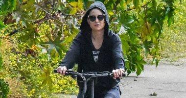 راكبة دراجة هوائية.. كيت هدسون تفك قيود إجراءات مكافحة كورونا.. صور