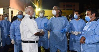 صور.. محافظ الفيوم ونائبه يفاجئا أطباء المستشفى العام بالكمامة وزى الجيش الأبيض