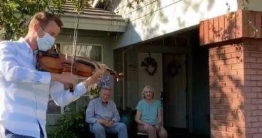 العزل لا يمنع المفاجآت.. عازف أمريكي يفاجئ زوجان فى حفل زواجهما الـ67..فيديو