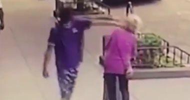 فيديو.. شاب أمريكى يعتد على سيدة مسنة بالشارع فى مانهاتن
