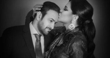 أحلام تحتفل بعيد زواجها الـ17 برسالة رومانسية وقبلة على الرأس