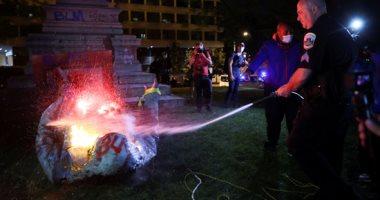 فى ذكرى انتهاء العبودية.. متظاهرون يسقطون ويحرقون تمثال الكونفدرالية بواشنطن