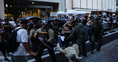 الشرطة الأمريكية تلقى القبض على متظاهرين خارج مقر تجمع ترامب مع أنصاره.. صور