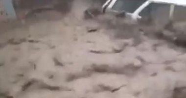 فيضانات مدمرة بتركيا تتسبب فى جرف السيارات والصخور.. فيديو