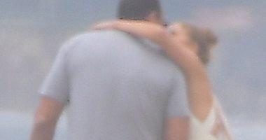 رغم العودة للعمل..جنيفر لوبيز تستمتع بالصيف على الشاطىء وقبلة لخطيبها.. صور