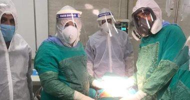 """صور.. عملية جراحية لمصابة بكورونا تعانى من """"قرحة منفجرة بالمعدة"""" بالأقصر"""