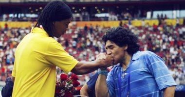 مارادونا يفاوض رونالدينيو للعودة من الاعتزال والانضمام لفريقه