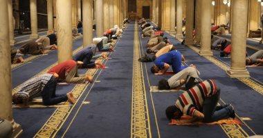 بالكمامة والمصلية.. المسلمون يؤدون صلاة العشاء بالجامع الأزهر الشريف