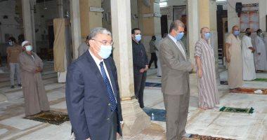 محافظ المنيا يتابع تطبيق الإجراءات الاحترازية بالمقاهى ويؤدى صلاة المغرب بمسجد صلاح الدين