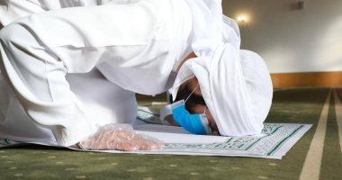 شباب من الإمارات يصممون سجادة صلاة تصلح لمرة واحدة لمواجهة كورونا .. صور