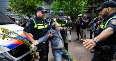احتجاجا على قواعد التباعد الاجتماعى.. شرطة هولندا تلقى القبض على عدد من المتظاهرين