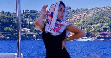 بعد إثارة الجدل حول خطوبتها من رونالدو..جورجينا بفستان أسود وحجاب بعرض البحر