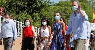 صحيفة: العائلة الملكية الإسبانية تزور أفقر الأحياء بإشبيلية بالكمامة